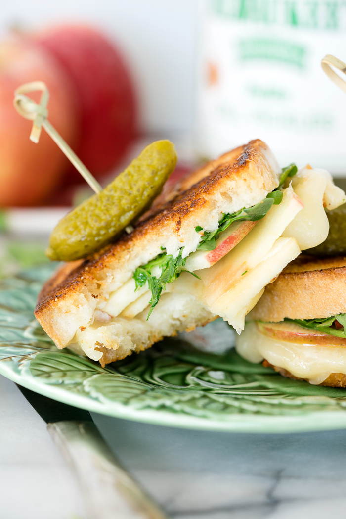 Horseradish Cheddar and Apple Grilled Cheese. Sweet tart apples, melty, bitey horseradish cheddar cheese, arugula and crispy golden brown bread. | thesugarcoatedcottage.com