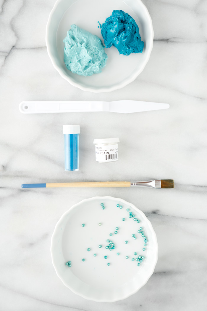 lette Knife Buttercream Tutorial. Wondering how you can achieve these pretty swoops and shimmery detail? I'll show you how. #cakedecorating #buttercream