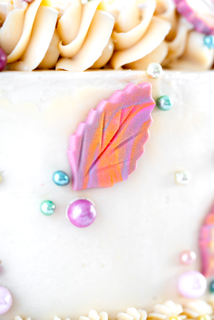 How to make marbled gum paste leaves. Full step by step tutorial. | thesugarcoatedcottage.com #cakedecorating #gumpaste #cake #fondant #gumpaste