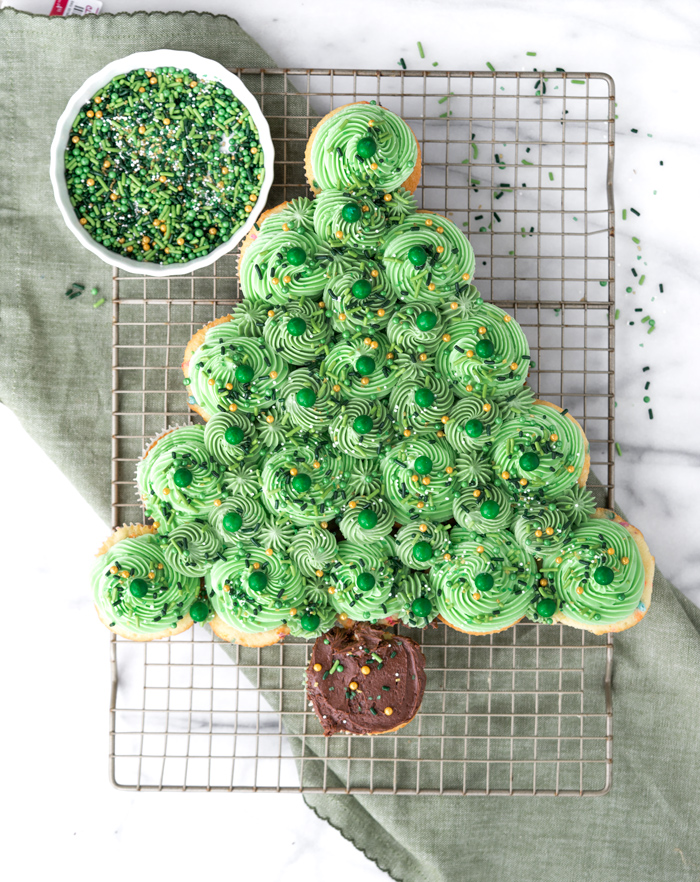 How to make a simple Holiday Cupcake Cake that pulls apart, no cutting required. Christmas Tree Cupcake Cake, Wreath Cupcake Cake. #cake #cupcake #christmas