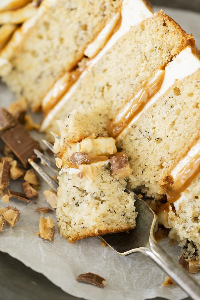 Banoffee Cake. Moist banana cake, layers of dulce de leche, fresh bananas and toffee crumbles. | thesugarcoatedcottage.com #bananacake #cake #caramel